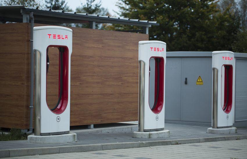 Tesla prekvapivo v zisku, jej akcie mohutne posilňujú